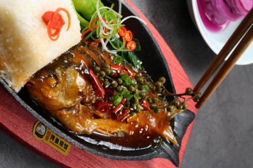 倔强的小鱼无骨烤鱼捞饭:摒弃大份烤鱼,打造小而美的轻餐饮