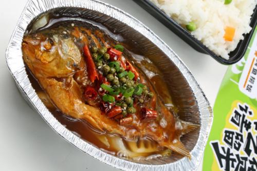 开启轻量模式!倔强的小鱼烤鱼捞饭,一人就能吃大餐