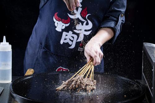 带有社交属性的烧烤品牌,孟师傅烈火牛肉,获得大众喜爱!